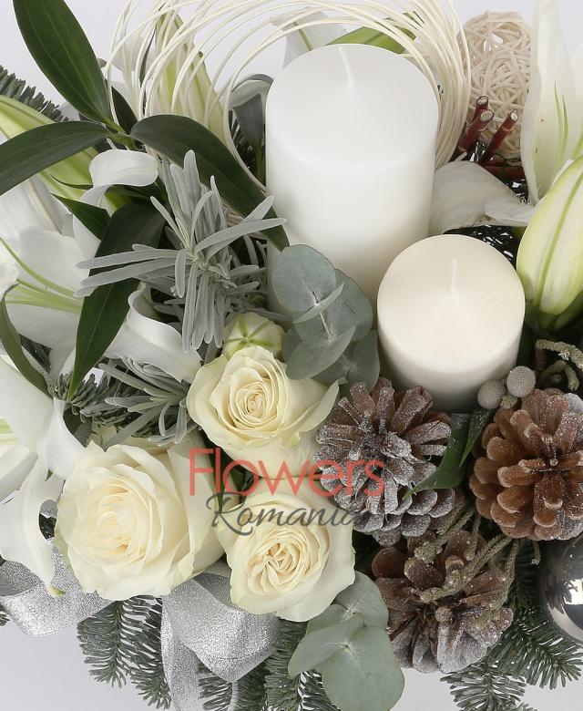 2 crini albi, 3 trandafiri albi, 2 brunia rozmarin, 3 globuri, curly, 3 conuri, brad, crengi decor, 2 lumânări mari