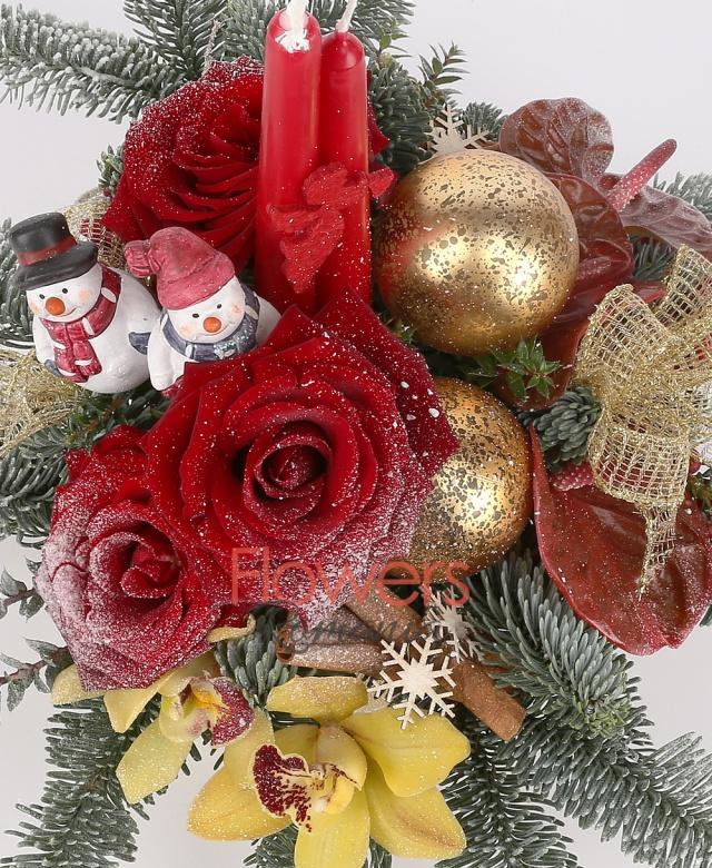 3 trandafiri roșii, 3 anthurium roșu, 2 hypericum roșu, 1 cymbidium galben, 2 lumânări mici, brad, decorațiuni crăciun