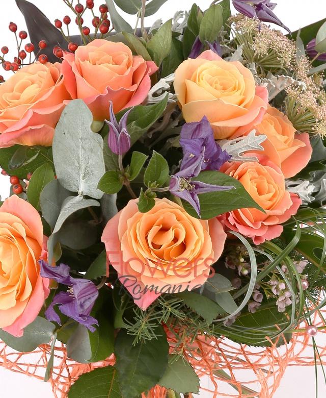 7 trandafiri portocalii, 5 clematis mov, 2 frunze xanadu, 1 frunză anthurium, aspidistra, black tie, măcese, senecio, eucalypt, 3 fire ami roz, beargrass