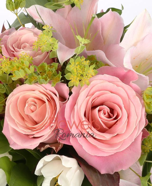 6 lalele albe, 3 miniroze roz, 5 trandafiri roz, bupleurum, 2 crin roz, 1 cymbidium grena