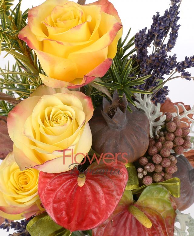 3 trandafiri galbeni, 2 anthurium roșu, levănțică, 2 fire brunia, 3 fire rozmarin, 2 fire senecio, suport ceramic, 1 corylus