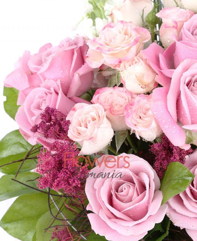 7 trandafir roz, 3 miniroze roz, 3 floare orez, 1 brasica, 2 frunze anthurium, salal, 1 suport nuiele, beargrass, 3 matiola