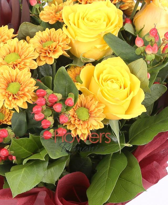 5 trandafiri galbeni, 5 leucadendron, 5 santini portocaliu, 8 hypericum, salal