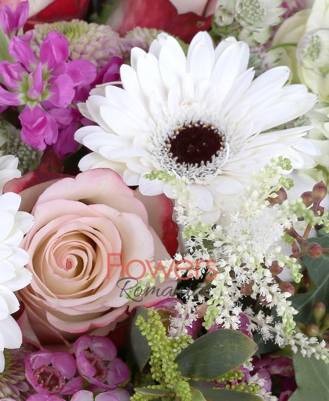 3 hortensia alba, 3 trandafiri roz, 3 cale galbene, 3 santini roz, 4 matthiola roz, 3 gerbera alba, 3 craspedia, 3 bumbac, 5 astilbe, panicum, waxflower, astranția, eucalypt, iedera, monstera