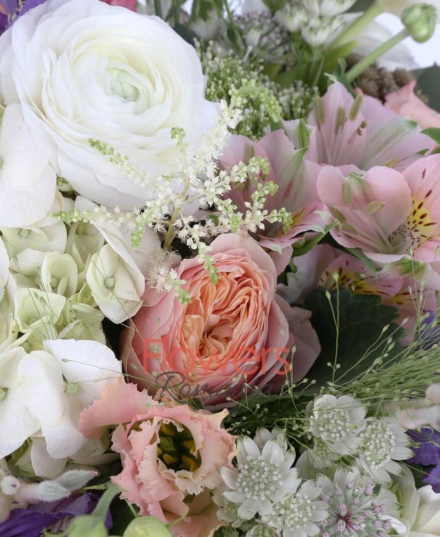 2 hortensia alba, 5 trandafiri roz, 3 alstroemeria roz, 3 lisianthus roz, 5 lalele albe, 10 ranunculus alb, 3 trachelium alb, 2 anigozanthos alb, 3 clematis, 5 astransia, brunia, 3 astilbe, panicum, eucalypt