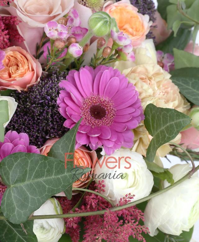 7 trandafiri roz, 3 gerbera ciclam, 3 santini roz, 5 garoafe banan, 15 ranunculus, 3 alstroemeria roz, 5 trachelium mov, 4 astilbe grena, waxflower, iedera, crassula, eucalypt