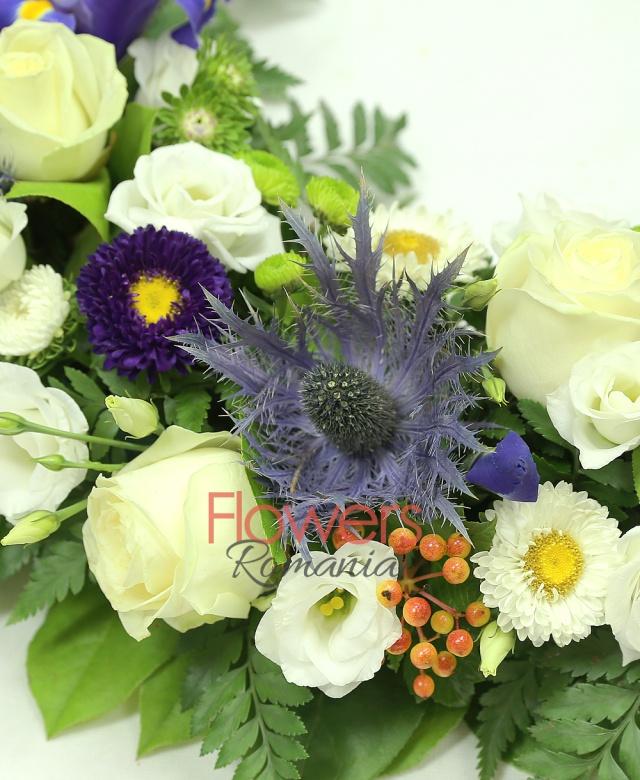 colac funerar, 10 trandafiri albi, 10 iris mov, 7 lisianthus alb, 5 eryngium, 8 santini verde, 5 crizanteme albe, 8 hypericum, salal