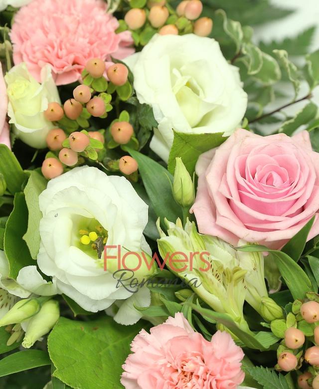 colac funerar, 12 trandafiri roz, 10 garoafe roz, 10 alstroemeria alba, 10 lisiantus alb, 20 hypericum roz, pittosporum, salal, ruscus