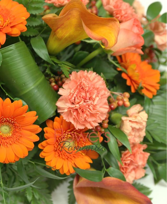 aranjament funerar, 5 trandafiri portocalii, 10 cale mango, 10 gerbera portocalie, 18 garoafe portocalii, 10 hypericum roșu, aspidistra, ruscus