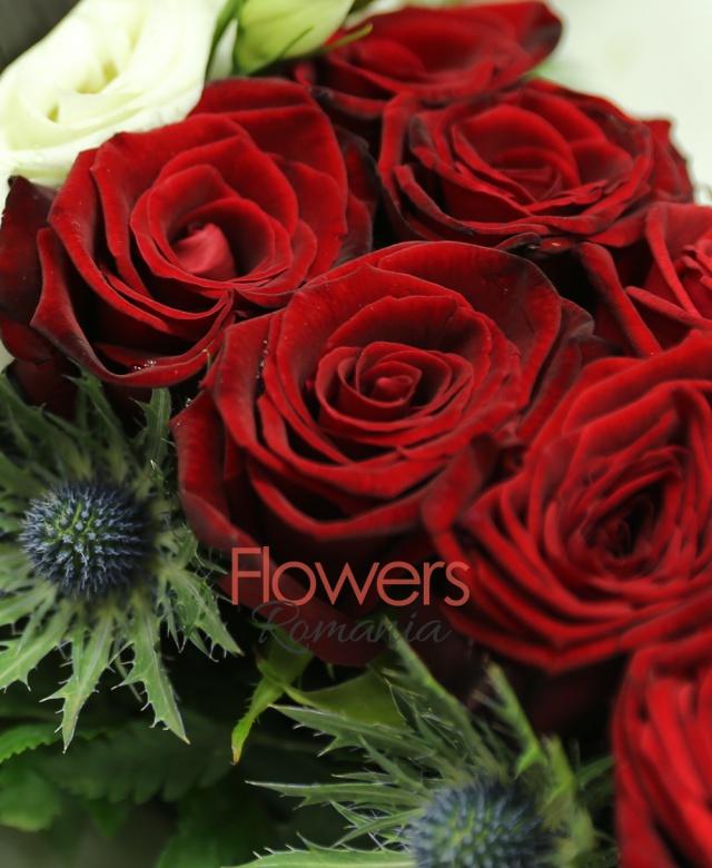 cruce funerara, 34 trandafiri rosii, 1 trandafir alb, 5 lisiantus alb, 10 eringium