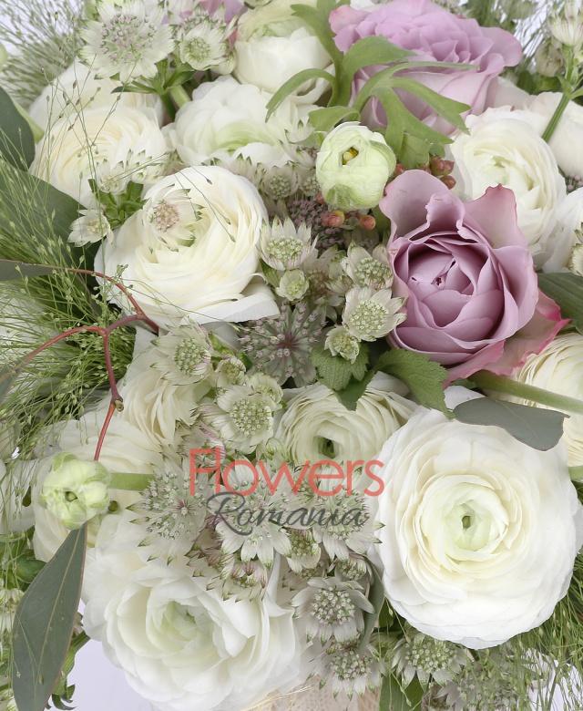 3 trandafiri roz, 30 ranunculus alb, 10 astrantia alba, eucalypt, panicum