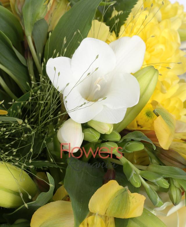 2 crini galbeni, 3 trandafiri albi, 3 frezia alba, 5 alstroemeria galbenă, 3 crizanteme galbene, panicum