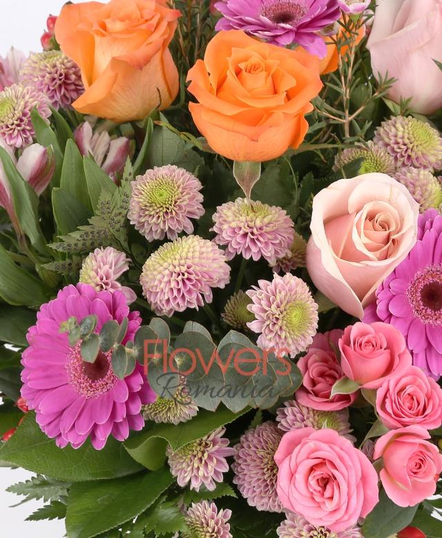 3 trandafiri roz, 3 trandafiri portocalii, 5 gerbera ciclam, 3 miniroze roz, 5 hypericum roșu, 3 alstroemeria roz, 3 santini roz, waxflower, eucalypt, aspidistra, salal