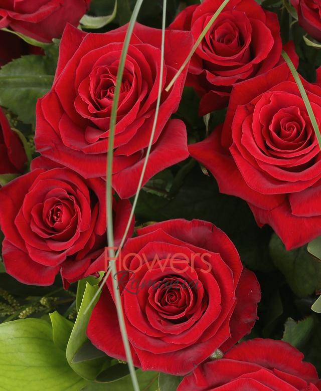 39 trandafiri rosii, ruscus, beargrass