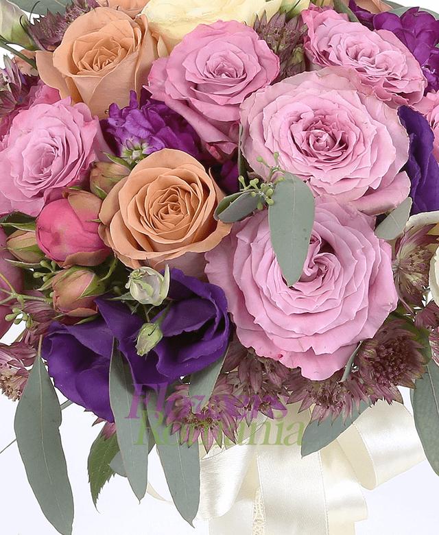 7 trandafiri roz, 5 trandafiri cappuccino, 3 lisianthus crem, 3 lisianthus mov, 3 matiola, astransia, eucalypt