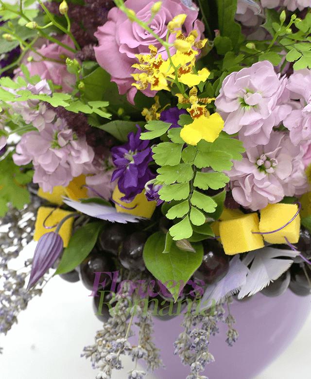 3 trandafiri roz, 3 matthiola mov, 5 matthiola lila, 3 clematis, 3 astilbe, 10 orhidee oncidium, lavanda