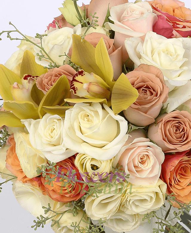 10 trandafiri albi, 7 trandafiri portocalii, 5 trandafiri crem, 5 trandafiri capuccino, 5 lisiantus crem, 1 cymbidium verde, eucalypt