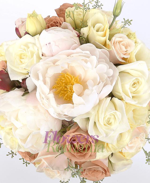 5 trandafiri albi, 5 trandafiri crem, 10 trandafiri cappuccino, 5 lisianthus crem,  5 bujori albi, eucalypt