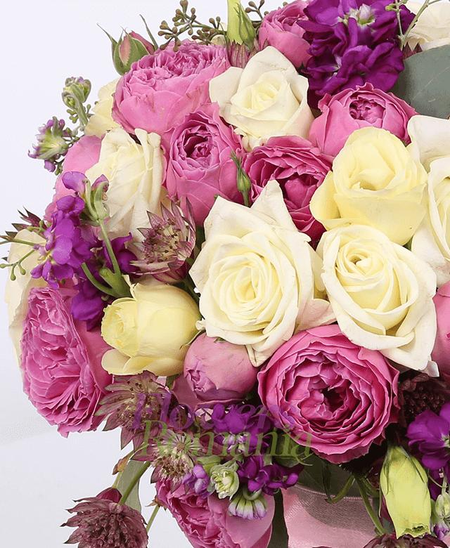 10 trandafiri albi, 10 miniroze roz, 5 lisianthus crem, 5 matiola mov, astransia, eucalypt