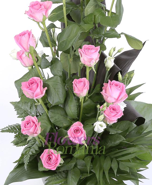 15 trandafiri roz, 2 lisianthus alb, verdeață