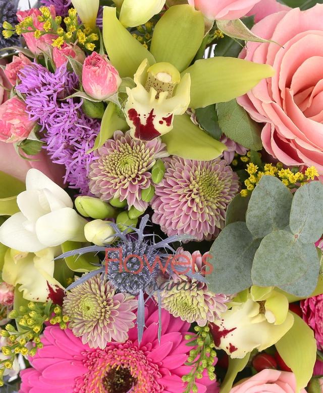 aranjament in vas de ceramica, 3 trandafiri roz, 3 gerbera ciclam, 3 frezii albe, 3 liatris, 3 cupe cymbidium verde, 1 eryngium, 2 miniroze roz, 2 santini roz, eucalypt, solidago