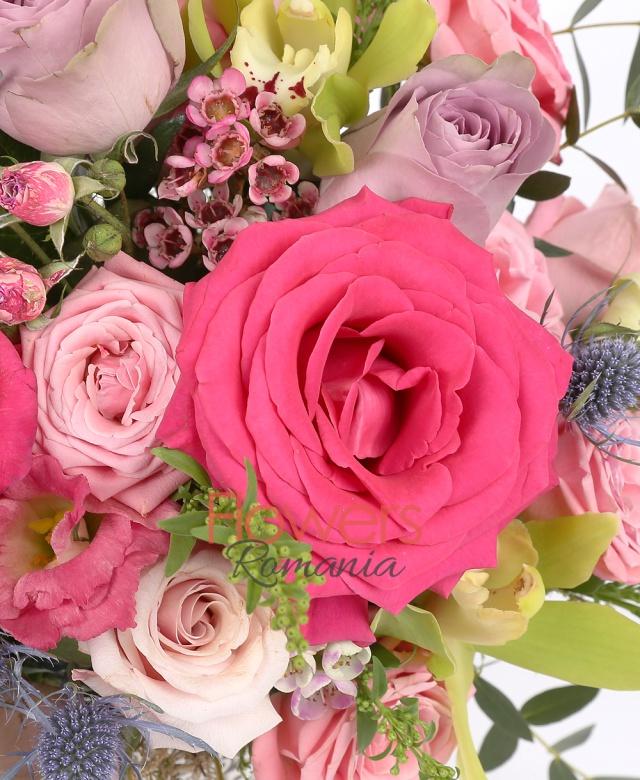 aranjament in vas ceramica, 9 trandafiri roz, ciclam si mov, 3 miniroze roz, 2 lisiantus roz, 3 cupe cymbidium verde, 1 eringium, waxflower, solidago, eucalypt