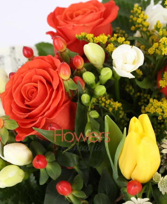 3 trandafiri portocalii, 3 hypericum roșu, 5 lalele galbene, 7 frezii albe, solidago, astranția, 3 ranunculus, aralia