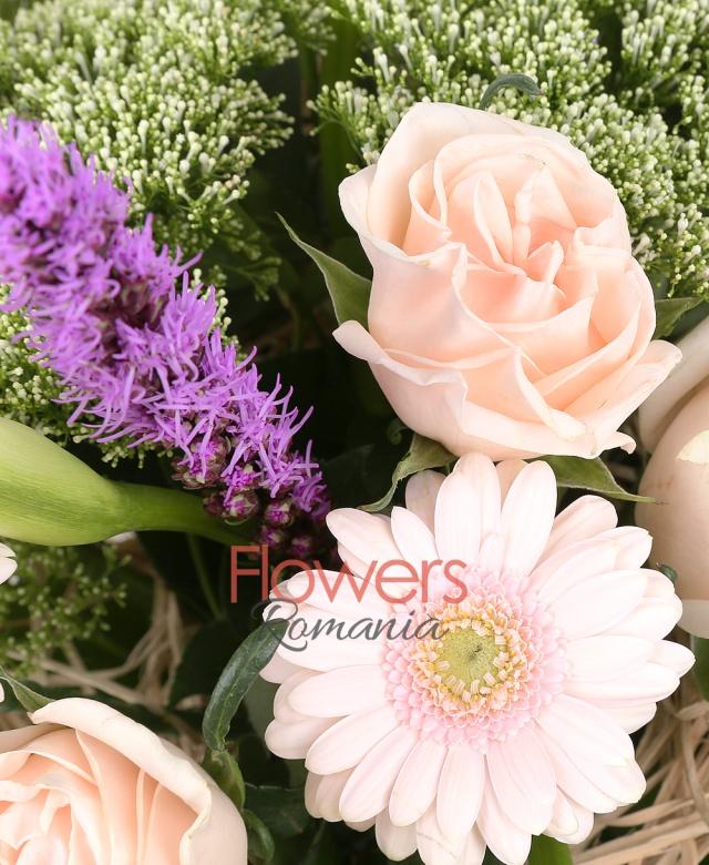 suport cuib, 7 trandafiri crem, 5 gerbera roz, 7 cale albe, 5 liatris, 5 trahelium alb, spice, monstera