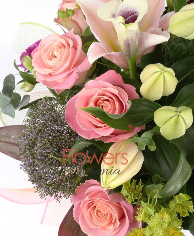 bupleurum, 3 cale mov cu margine alba, 3 trachelium, 5 alstroemeria alba, 2 crin roz, 5 garoafe mov, 5 trandafiri roz, eucalypt