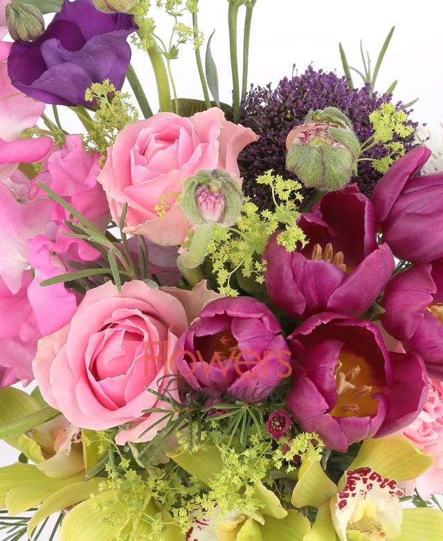 5 lalele mov, 3 trandafiri roz, 2 lisianthus mov, 1 cymbidium verde, 2 alstroemeria alba, 3 floare de orez, verdeață