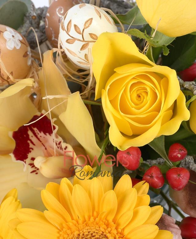 3 trandafiri galbeni, 2 gerbera galbena, 1 cymbidium, eucalypt, oua colorate, ciuperci verdeata, 2 hypericum