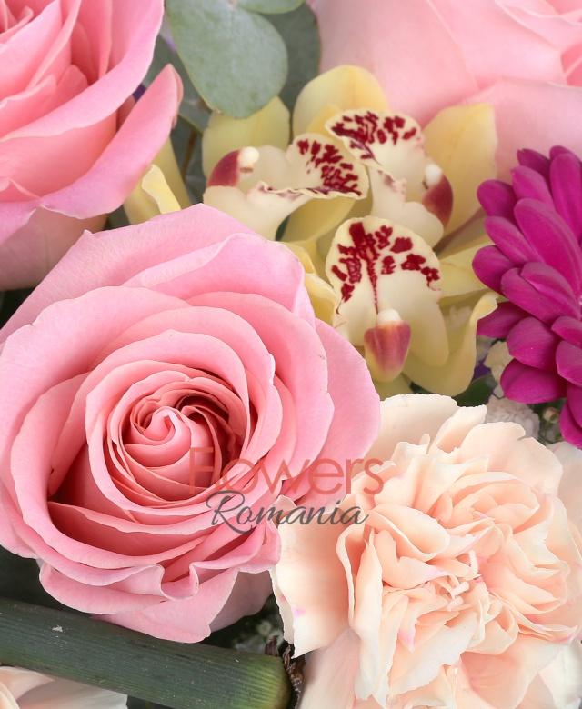 3 trandafiri roz, 4 garoafe crem, 3 gerbera ciclam, 1 cymbidium galben, gypsophila, eucalypt, bamboe, salal