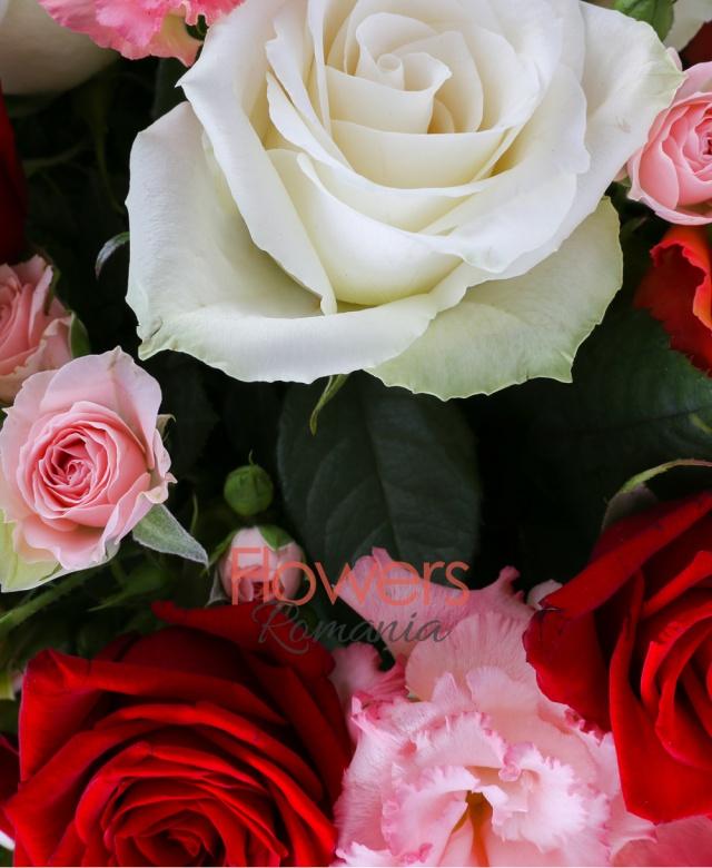 3 trandafiri portocalii, 3 trandafiri rosii, 3 trandafiri albi, 3 cupe orhidee cymbidium verde, 2 miniroze roz, 3 lisianthus roz, 3 hypericum roșu, 2 leucadendron, eucalypt, salal