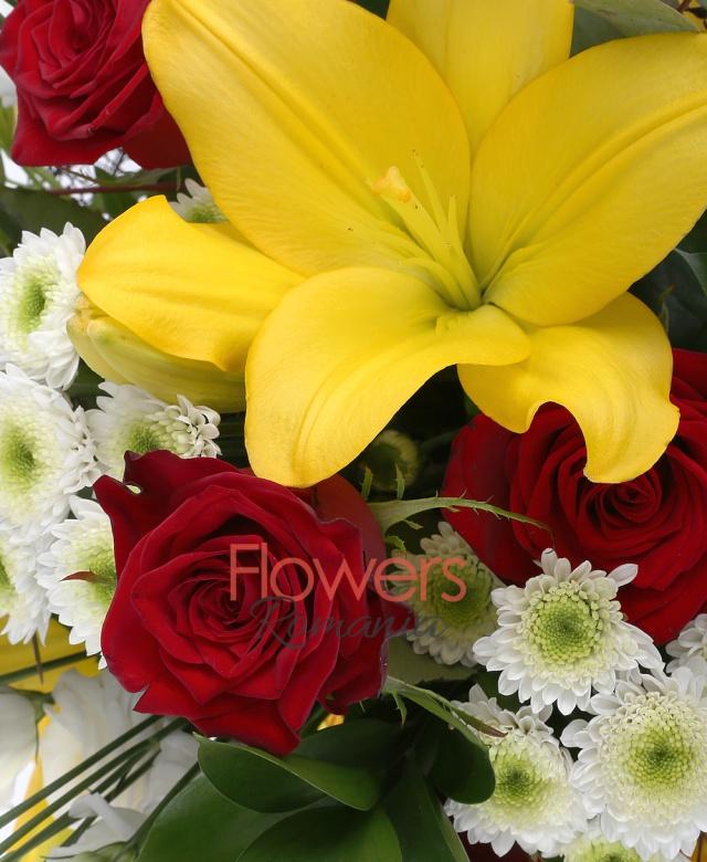 5 trandafiri rosii, 2 crin asiatic galben, 3 lisianthus alb, 3 alstroemeria galbena, 3 santini alb, eucalypt, ruscus italia, 2 bamboe, cuib