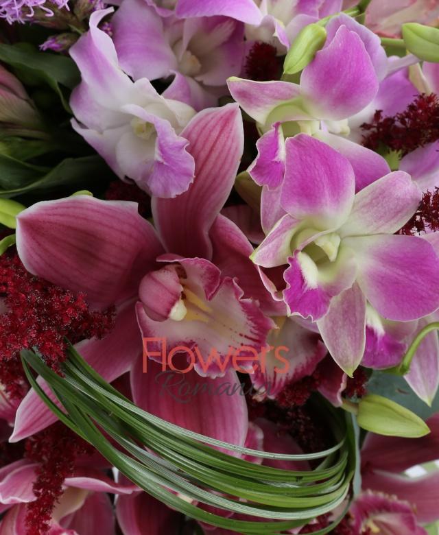3 trandafiri mov, 4 alstroemeria roz, 3 astilbe rosii, 1 orhidee cymbidium grena mica, 5 orhidee dendrobium mov, 2 liatris, 10 fire eucalypt, vas ceramic