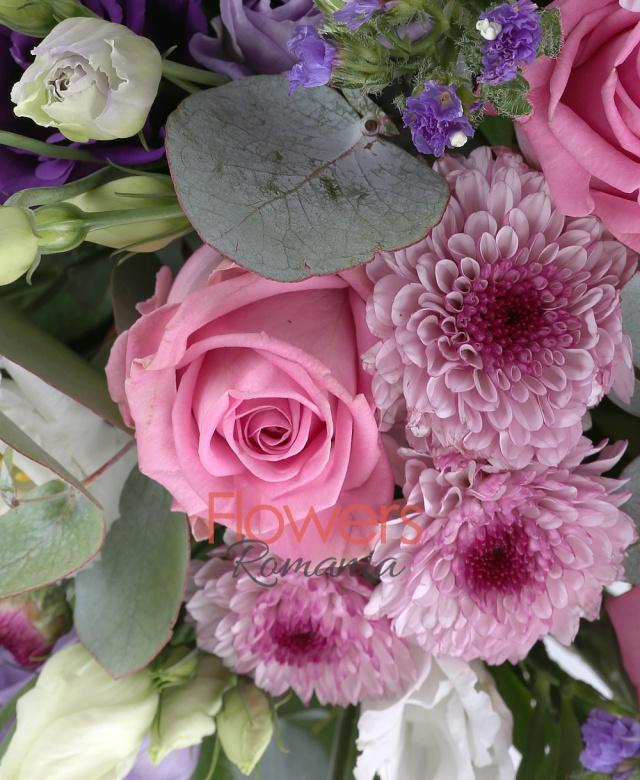 4 trandafiri crem, 3 trandafiri roz, 5 crizanteme santini roz, 3 crin portocalii, 5 lisianthus alb, 5 limonium mov, 3 eucalypt, 5 salal, coș