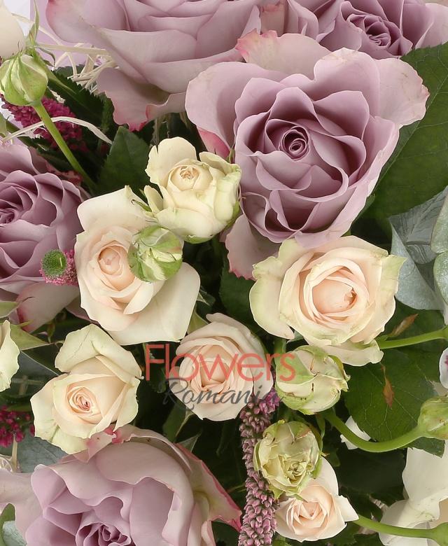5 trandafiri mov, 5 miniroze crem, 3 gerbera crem, 3 cupe orhidee cymbidium alb, 5 veronica roz, 20 fire levănțica, 5 eucalypt, cuib