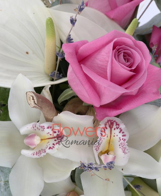 5 trandafiri roz, 7 cale albe, 3 anthurium alb, 3 cupe orhidee alba, 20 levănțica, 5 eucalypt, jumătate fir corylus, cuib