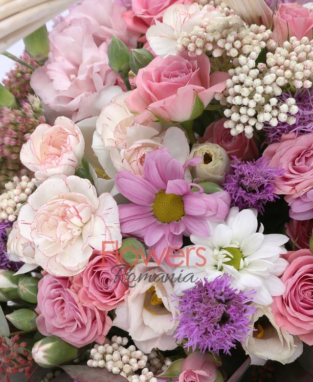 7 miniroze roz, 1 crizantemă roz, 3 lisianthus roz, 5 mini garoafe albe, 5 cupe orhidee cymbidium albe, 5 liatris, 3 floare de orez, 3 sedum,  2 eucalypt, coș, burete