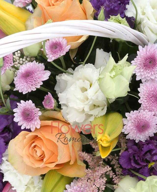 4 trandafiri somon, 3 trandafiri ciclam, 3 lisianthus mov, 5 santini mov, 2 lisianthus alb, 3 crini galbeni, 5 astilbe roz, 1 eryngium, 5 salal, coș, burete