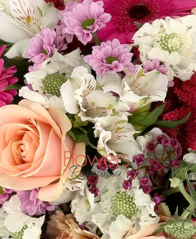 7 trandafiri peach avalanche portocalii, 3 gerbera ciclam, 3 garoafe cappuccino, 5 astilbe rosii, 3 crizanteme, santini mov, 3 trachelium mov, 2 alstroemeria alba, 7 scabiosa albe, 3 eucalypt, 1 fir echeveria, 5 salal