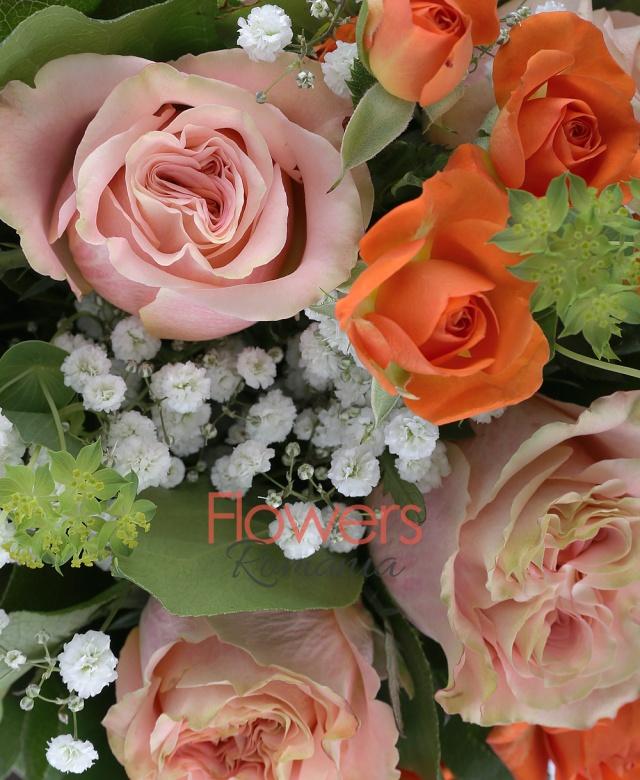 7 trandafiri banan, 10 lalele portocalii, 5 miniroze portocalii, 1 fir gypsophilla, 1 bupleurum, 5 salal, 5 aspidistra, 3 hypericum roșu