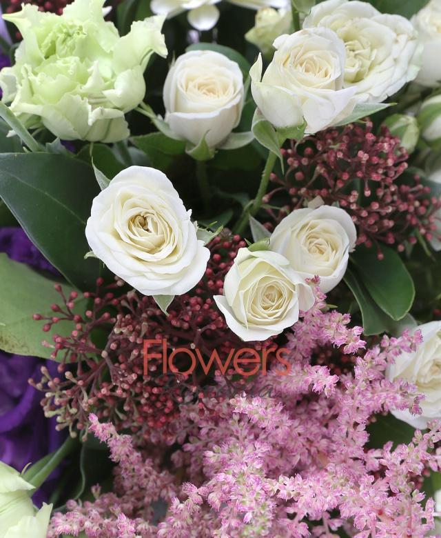 7 miniroze albe, 3 gerbera albe, 2 anthurium verde, 3 lisianthus mov, 5 astilbe roz, 3 schimia rosii, 3 eucalypt, 5 salal