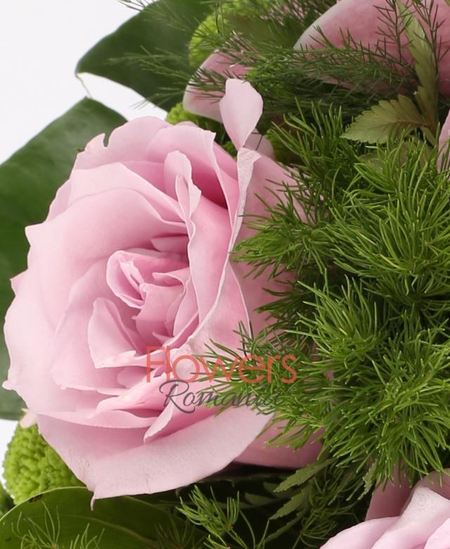 4 trandafiri roz, 5 gerbera ciclam, 1 cymbidium roz, 3 santini verde, asparagus, filodendron, monstera, aspidistra, ferigă