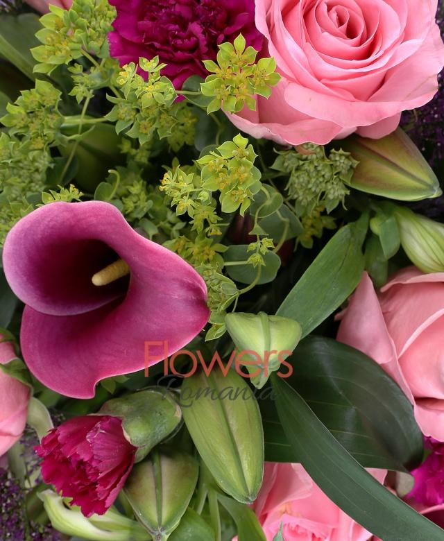 9 trandafiri roz, 9 cale grena, 10 garoafe mov, 5 bupleurum, 3 crini asiatic grena, 5 trachelium mov, 5 alstroemeria alba, 10 salal