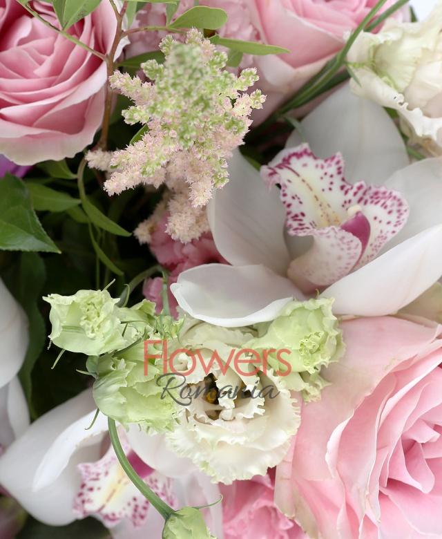3 trandafiri sweet avalanche, 4 cupe orhidee cymbidium albe, 2 trandafiri mov, 2 lisianthus roz, 5 astilbe roz, 5 frezii mov, 2 eucalypt, 5 salal, 2 ferigă