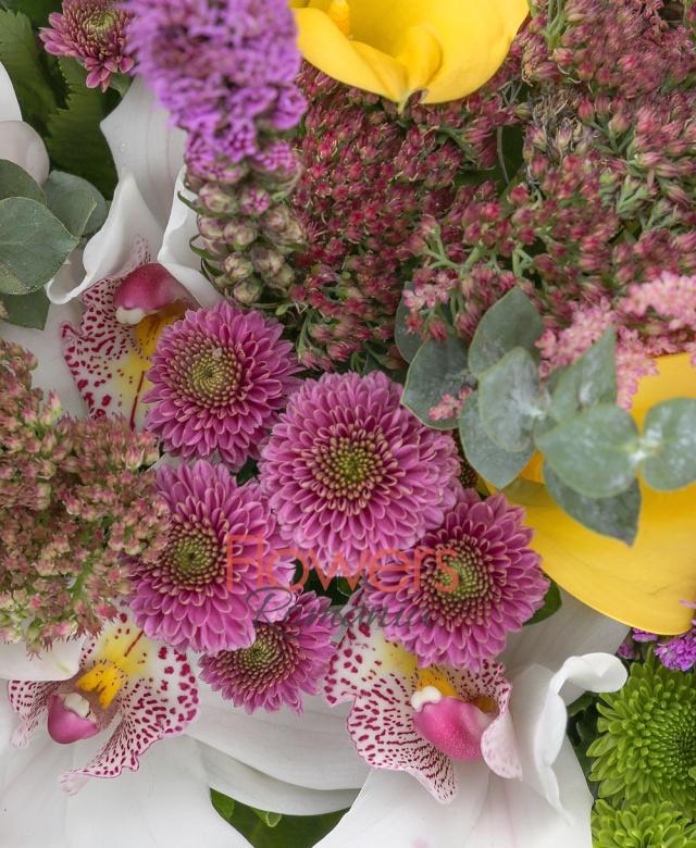 1 crin alb, 3 liatris mov, 3 astilbe roz, 3 sedum, 3 trandafiri portocalii, 5 cale galbene, 3 gerbera roz, 3 santini verde, 2 santini roz, 3 craspedia, 3 lisianthus mov, 5 eucalypt, 2 aralia, 10 salal