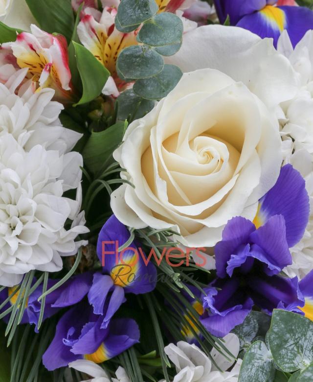 7 iris mov, 5 trandafiri albi, 3 alstroemeria alba, 5 crizanteme albe, 5 eucalypt, 1 pin