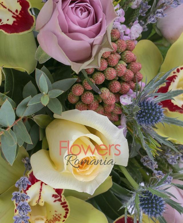 5 cupe orhidee verzi, 3 trandafiri galbeni, 5 trandafiri mov, 2 eryngium, 2 brunia roșie, sfert legătura lavanda, 3 schimia, 1 eucalypt, 5 salal, vas ceramic pătrat