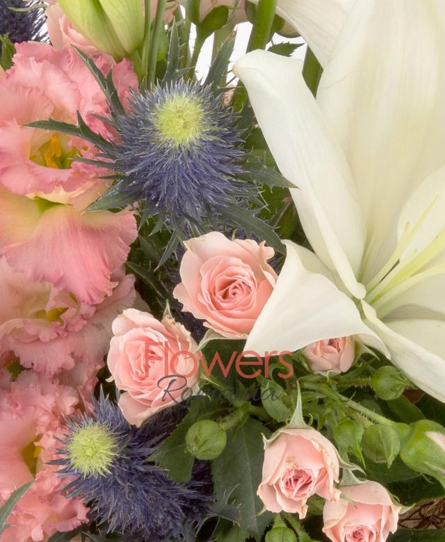 1 crin imperial alb, 5 lalele roz, 2 eryngium albastru, 3 lisianthus roz, 3 miniroze roz, 5 salal, 2 eucalypt, 1 aralia, cuib